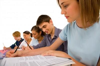 Alunos estudando em universidade pelo FIES - O que é e como funciona o FIES