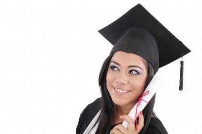 Imagem de formanda com o diploma nas mãos - O que é e como funciona o FIES